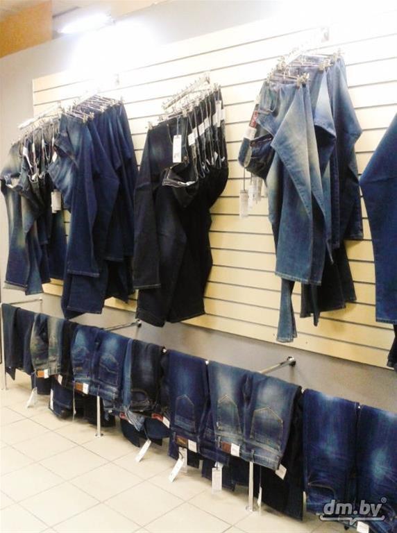как развесить джинсы в магазине фото был подвешен